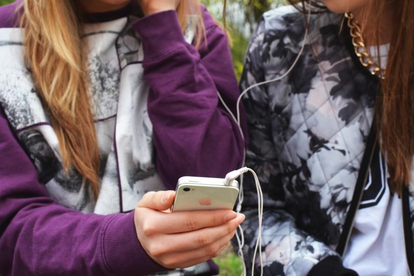 earphones-friends-hand-3086-825x550